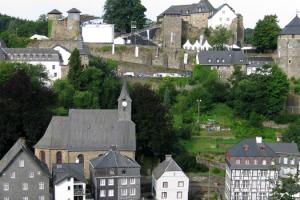 Eifelon start in monschau mit blick auf burg
