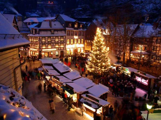 Monschau_Weihnachtsmarkt_Abend_Br_Montour